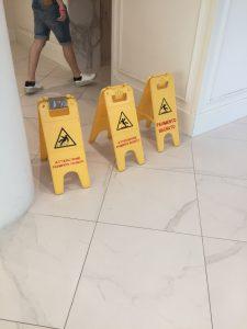 pavimento antiscivolo gratis cartello giallo